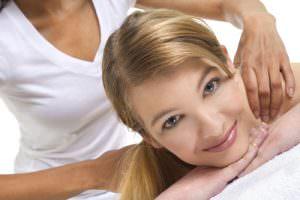עיסוי רפואי עם פנים של אשה